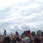 Wu-Tang Clan ute i publiken som hyllar kollektivet med händerna formade i ett W.